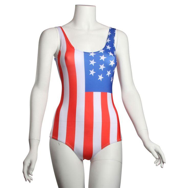 Flot badedragt med USA flag på for og bagside.  Stars and Stripes badedragten er lavet af 88% nylon og 12% elastan.  Badedragten er one size, men passer bedst kvinder i str. Small 34 / 36 / 38. Badedragten har et brystmål på 80 cm og en længde på 67 cm men er som de fleste andre badedragter meget elastisk.