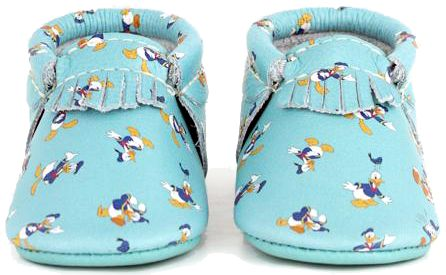 All About Donald Duck light blue moccasins from Freshly Picked, with front fringe detailing. Part of the NEW FP X Disney baby shoe collection including Mickey Mouse, Minnie Mouse & Pluto styles too. Your favorite moccs just got a little more magical. The soft-soled shoes are handmade made with durable, natural leather. Elastic at the opening makes the shoes easy to put on, easy to take off, and helps them stay on baby's foot. A great gift for baby's holiday. #DisneyBabyBundles #FPXDisney