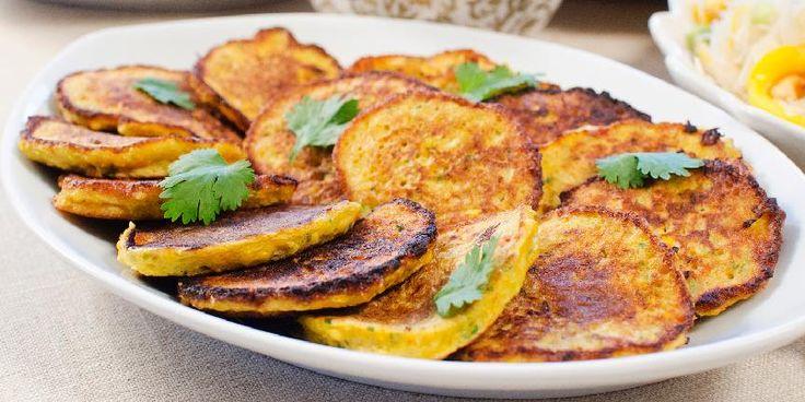 Små maispannekaker - Disse søte små pannekakene er skikkelig enkle å lage og takknemlige å servere. Koriander, maisen og chilien gir dem en rund, men også ganske karakteristisk og yppig smak. De smaker godt alene eller kan dyppes i en sursøt chilisaus.