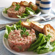 Recette Tartare de boeuf du bistrot : Dans un bol, bien mélanger tous les ingrédients sauf la viande.Hacher le filet de boeuf avec un couteau bien affûté ...