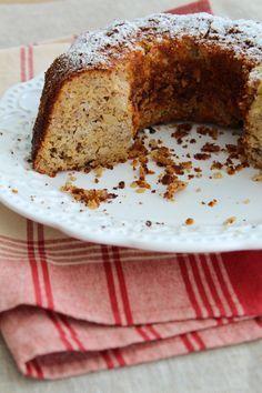 Bolo de banana, flocos de quinua e farinha de amêndoa. Usei também a manteiga clarificada feita em casa. Receita do Instagram da Paola Carosella.