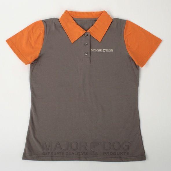 De Major Dog polo uit 100% katoen. Kraag met 3 knopen en logo op de borst.   Material: 100% katoen Verkrijgbare maten: S, M Wasadvies:  Machine Wash 30 ° C