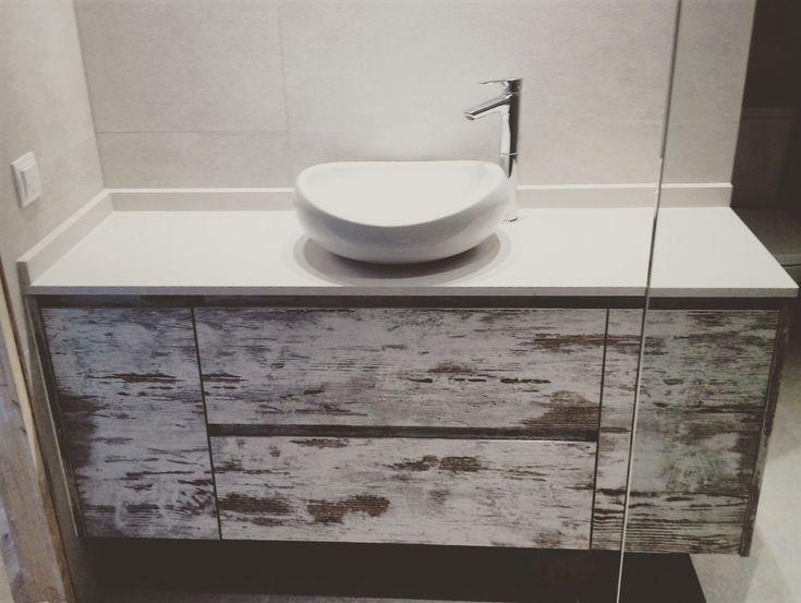 Mueble de baño suspendido en acabado laminado nórdico  Puertas sin tirador, con perfil aluminio oculto y gola  Encimera Compac Alaska en 2 cm  Lavabo y grifo sobreencimera