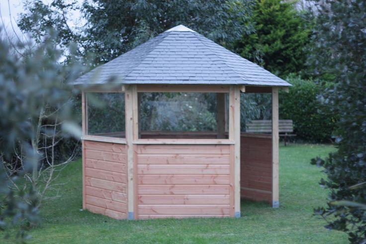 Le kiosque au fond du jardin... Bois de récupération en grumes débité en scierie. Toiture ardoises avec chapeau en zinc.