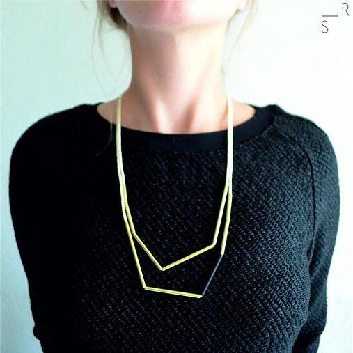 Šperk je znovu tvorený špagátom, farbu tu však nahrádzajú kúsky mosadze. Dynamika tohoto minimalistického šperku je dosiahnutá ostrými miestami v bodoch delenia mosadze a ich rôznou dĺžkou, poprípa...