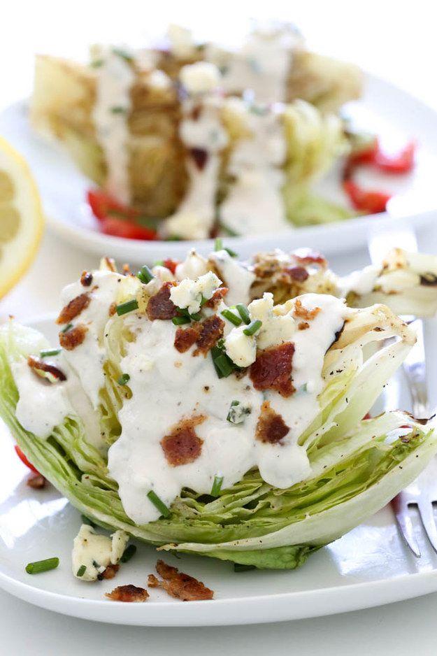 Ensalada BLT a la parrilla con aderezo blue cheese.   15 Ensaladas deliciosas que te convencerán de posponer los tacos