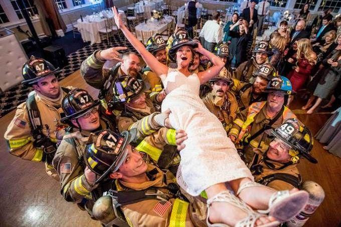 O casamento precisou ser evacuado e a noiva fez as melhores fotos