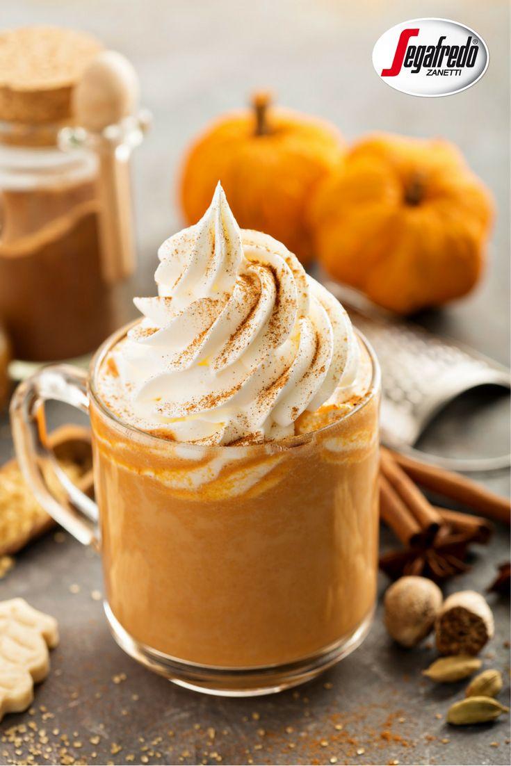 Coraz większą popularność zyskuje napój na bazie kawy i dyniowego puree.  Jeśli chcielibyście przygotować pumpkin spice latte w domowym zaciszu powinniście: 1. zagotować wodę z przyprawami takimi jak imbir, cynamon i gałka muszkatołowa, a następnie przelać przez gazę do oddzielnego naczynia 2.  następnie do powstałego syropu korzennego należy dodać mleko skondensowane i wymieszać 3. kolejnym krokiem jest dodanie wcześniej przygotowanego puree z pieczonej dyni i dodanie espresso. #Segafredo