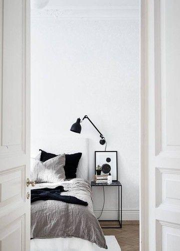 Kleines Detail mit großer Wirkung: Kissen und Decken und dunklem Schwarz!
