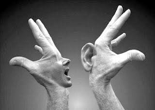 Siempre he creído que quien no se comunica correctamente es como si no existiera. Y quien no comunica bien, no administra, no se relaciona ni vende bien su imagen.