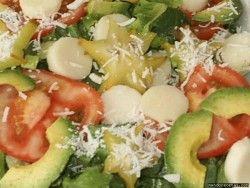 Ensalada de piña, coco rallado, aguacate, lechuga y tomate