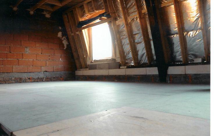 photo prise de l'intérieur du nouvelle étage construit. Les murs séparateurs ne sont pas encore placés. Ici se trouve les futurs chambres // TEXAS Bâtiment - texasbatiment@orange.fr - Tél 0141810290