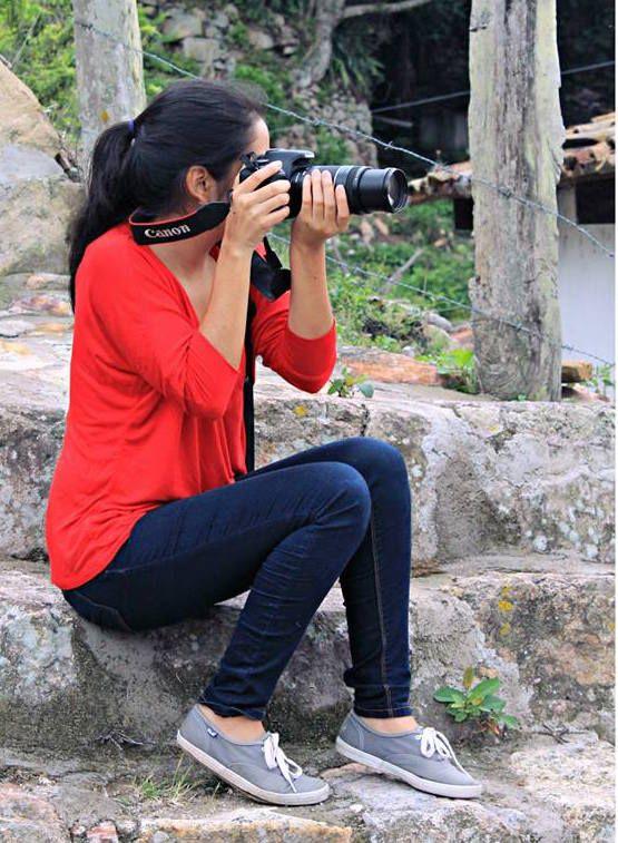 Esta fotografía sin rostro muestra a una muchacha tomando una fotografía, está utilizando una lente gran angular, el cual es utilizado para capturar fotografías de vistas panorámicas, como paisajes.  No se muestra el rostro debido a que la cámara la tapa, lo que quiero resaltar es la acción de tomar una fotografía