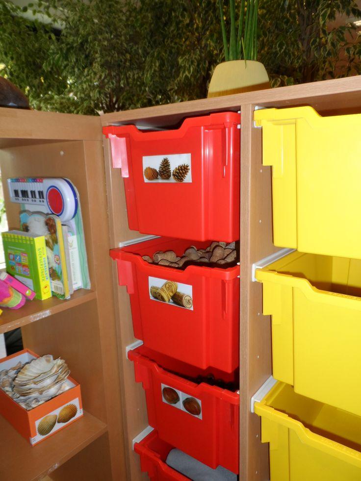 Opbergboxen met natuurmaterialen.- Kinderdagverblijf Het Nachtegaaltje Stad Gent