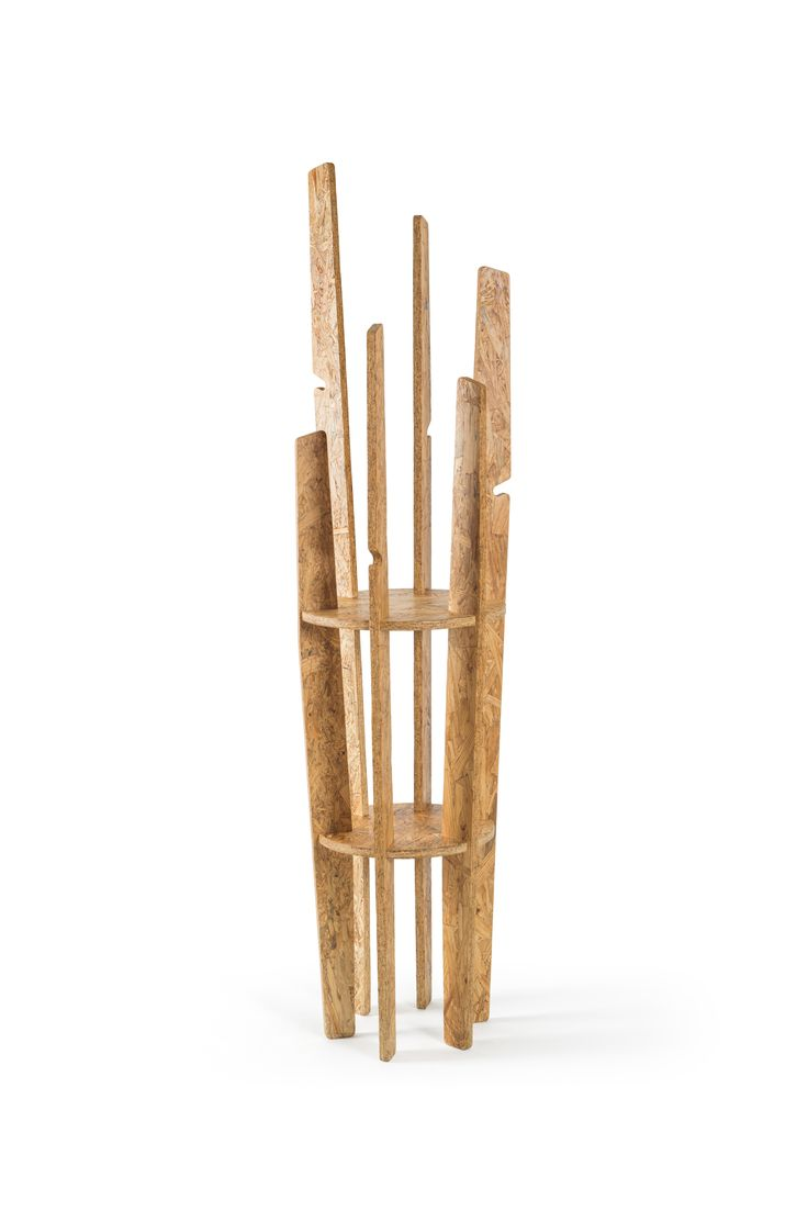 Melpa es un versátil perchero con diferentes alturas y maneras de colocar objetos usando los ganchos integrados en su estructura y las puntas curvas que aseguran la posición de los objetos. Las dos superficies transversales funcionan como unión estructural y área de guardado o exhibición  de todo tipo de objetos de uso cotidiano. Una pieza de mobiliario ligera ideal para todo tipo espacio.