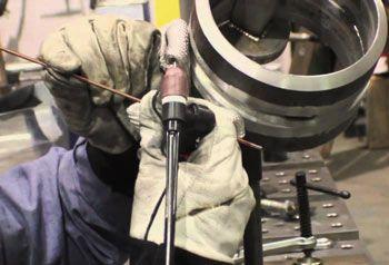 Imagem do serviço Registro de Qualificação de Soldagem Descrição: Imagem do Serviço de Registro de Qualificação de Soldagem da Inspesolda, nesta imagem um soldador realiza um teste de qualificação em um tubo de aço carbono, o processo de soldagem utilizado é o TIG e a posição de soldagem 6G.