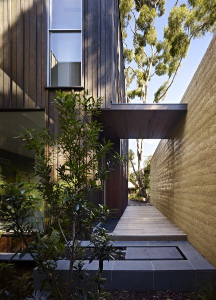 Shiplap timber and rammed earth architecture | Designhunter - architecture