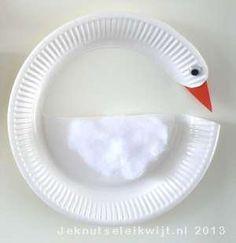 Zwaan knutselen van papieren bordje