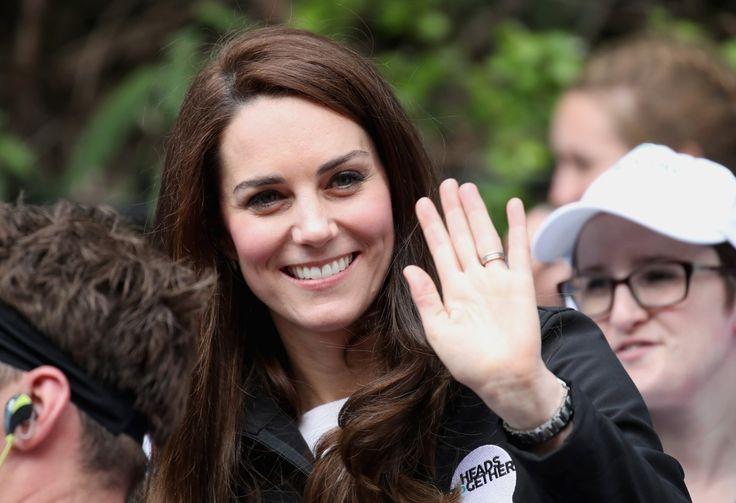 Kate Middleton en haar man prins William eisen 1,5 miljoen euro schadevergoeding plus intresten van het magazine Closer, dat in 2012 naaktfoto's van Middle...