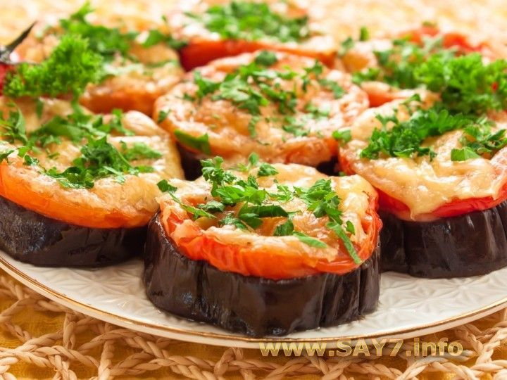 Баклажаны, запеченные с помидорами и сыром