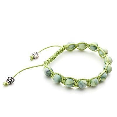 geknoopte armband met groene kralen en groen koord