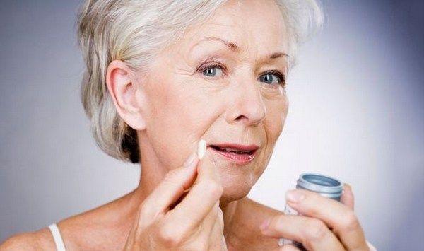 Pasirodo, #hormonų_preparatai, kurių moterys vartoja, norėdamos sumažinti nemalonius menopauzės simptomus, gali sukelti plaučių vėžį. Didėja ir kiaušidžių vėžio grėsmė. Vienas Danijoje atliktas plataus masto ilgalaikis tyrimas parodė, kad moterims, vartojusioms PHT, 38 proc. padidėjo kiaušidžių vėžio rizika. (#PHT, #hormonų_terapija, #hormonai, #vėžys, #krūties_vėžys, #kiaušidžių_vėžys)