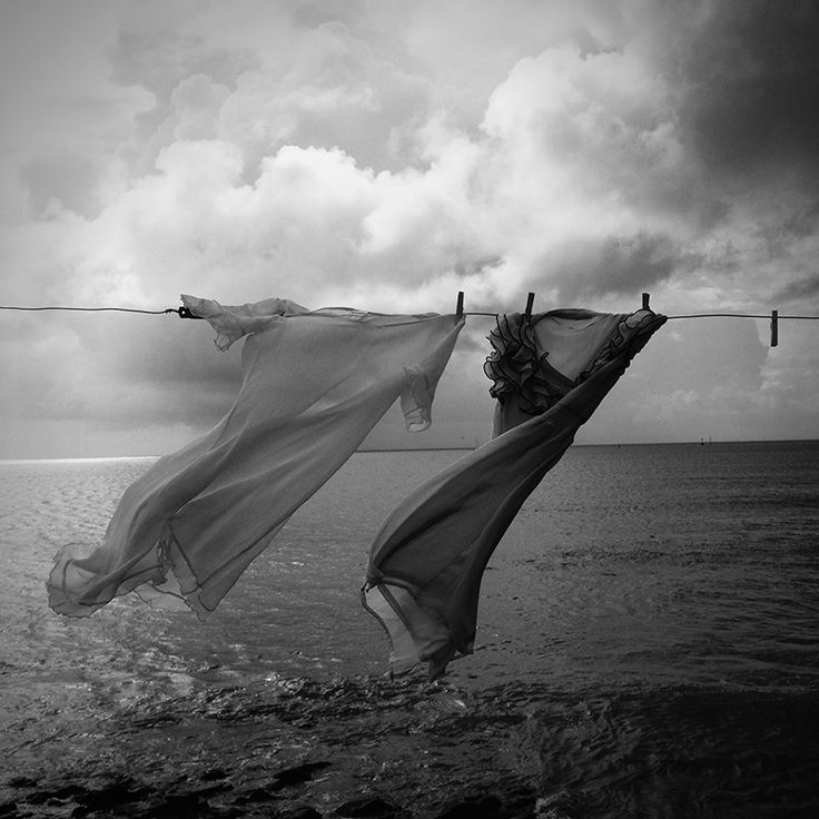 """""""Llega un momento en que es necesario abandonar las ropas usadas que ya tienen la forma de nuestro cuerpo y olvidar los caminos que nos llevan siempre a los mismos lugares... Es el momento de la travesía... Y, si no osamos emprenderla, nos habremos quedado para siempre.. al margen de nosotros mismos"""" Fernando Pessoa"""