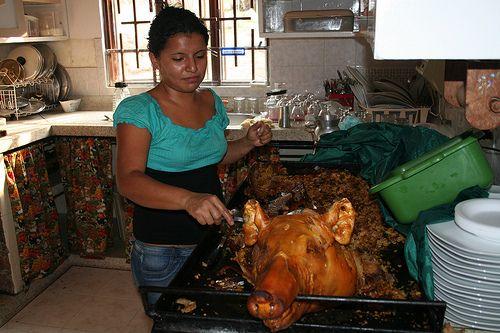 comida colombiana lechona navidena Colombian food