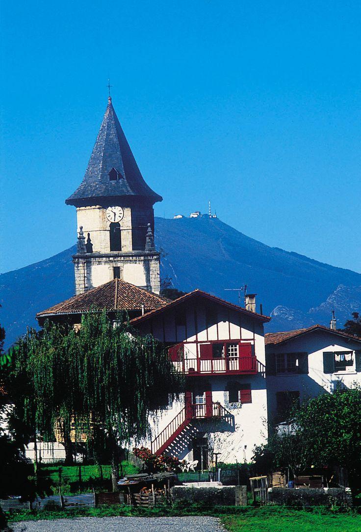 Le clocher d'Ainhoa au pays basque - France