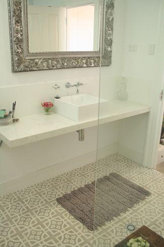 El detalle marca la diferencia al elegir el piso de una baño social con mosaicos hidráulicos.