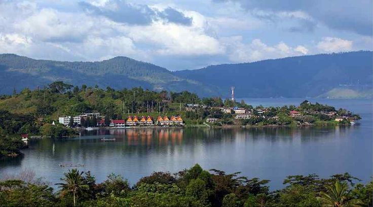 Top Indonesia Sightseeing Attractions: Toba Lake, tremendous volcanic lake around 100 kilometers in length and 30 kilometers wide.