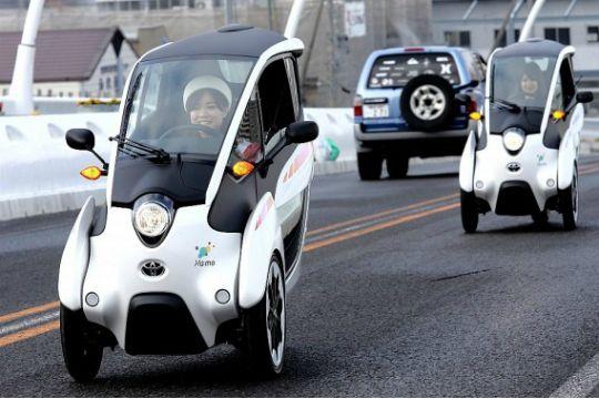 Toyota i-ROAD voor het eerste de weg op in Tokyo in een praktijktest