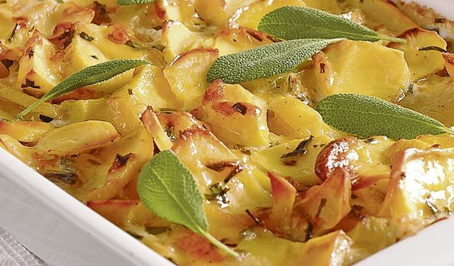 Smotanový zemiakový gratin s bylinkami | DobreJedlo.sk