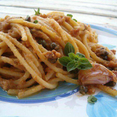 Fate soffriggere l'aglio tritato con dell'olio, poi aggiungete le acciughe disliscate e un po' di peperoncino.Mentre cuocete la pasta, in un'altra padella fate tostare il pan grattato con un po' d'olio.Quando il soffritto é quasi pronto ...