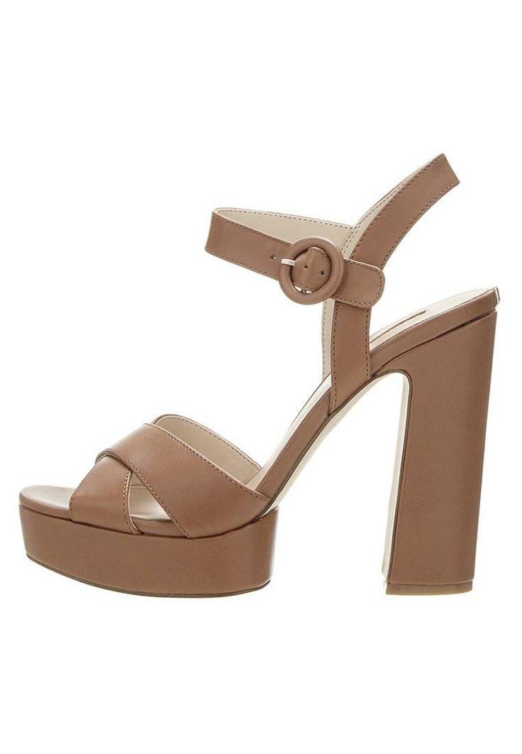 Guess. LINSAY - High Heel Sandaletten - beige. Sohle:Kunststoff. Decksohle:Leder. Innenmaterial:Textil. Obermaterial:Leder. Verschluss:Schnalle/Schleife. Fütterungsdicke:kalt gefüttert. Absatzhöhe:12 cm bei Größe 37. Schuhspitze:offen. Absatzfo...