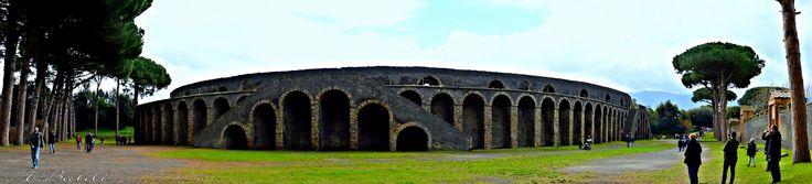 https://flic.kr/p/rJNp4v | Anfiteatro romano di Pompei | L'Anfiteatro romano di Pompei è un anfiteatro di epoca romana, fu costruito intorno al 70 a.C. da Gaio Quinzio Valgo e Marco Porcio ed era utilizzato per giochi circensi e combattimenti tra i gladiatori.  Sepolto dall'eruzione del Vesuvio del 79 d.C. e ritrovato a seguito degli scavi archeologici dell'antica Pompei. E' uno degli edifici,nel suo genere,meglio conservato,nonché uno dei più antichi al mondo.
