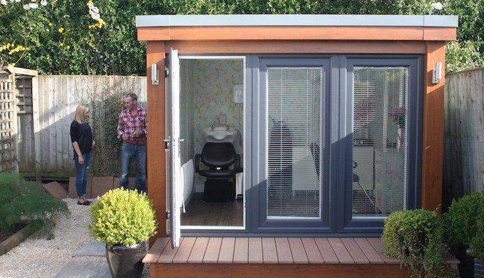 Questa moderna casetta da giardino, che misura circa 9 'x 9', è stata personalizzata per …