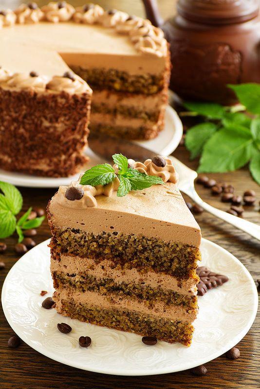 В этом симпатичном и вкусном тортике нет ни грамма муки. Когда собралась печь бисквит, немного сомневалась получится что-то или нет. Но…