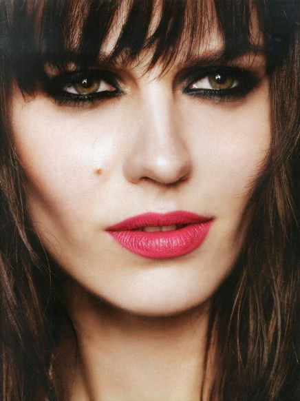 Kohl eyeliner + fringe, a killer French combo