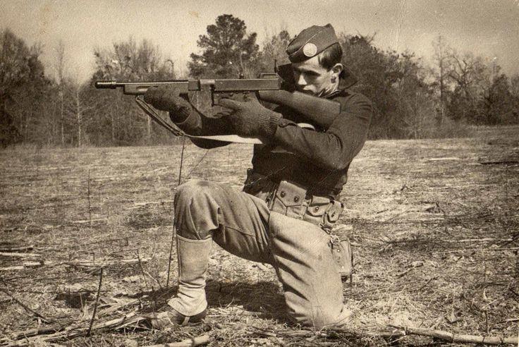 ■ Rosaire E. Cyr - A Co 509th Parachute Infantry Battalion. Posición de tiro rodilla a tierra con una ametralladora Thompson M1928A1.