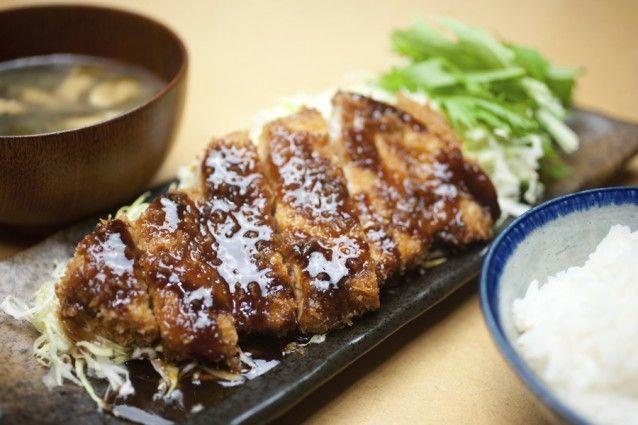 De Japanse keuken is zoveel meer dan sushi & sashimi en omdat te bewijzen verzamelde Business Insider de 42 lekkerste Japanse gerechten. Dit wil je proeven! Tonkatsu Sappige varkenskoteletjes, gefrituurd in een knapperig jasje. Wat wil een mens nog meer? Oyakodon Dit gerecht bestaat uit een sterke kippenbouillon (vaak nog met sojasaus) met ei, (bos)ui en rijst, waarbij het ei op lage temperatuur gaart. Hierdoor krijgt het een zijdezachte structuur en heb je een bom umami in je mond…
