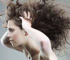 Les frisettes indisciplinées qui naissent sur vos cheveux vous agacent ? Nous aussi ! Alors, pour en venir à bout, nous avons interrogé Emilie Rondeau, formatrice exclusive ghd. Voici ses conseils.