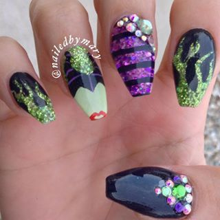 Obsessed with this Maleficent nail mani