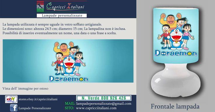 Lampada da tavolo in vetro soffiato a bocca, personalizzata con l'immagine di Doraemon. Altezza 24,5 cm- diametro base 15 cm- diametro paralume 14 cm - lunghezza filo elettrico 2 mt. La lampadina non è inclusa (max 40W).