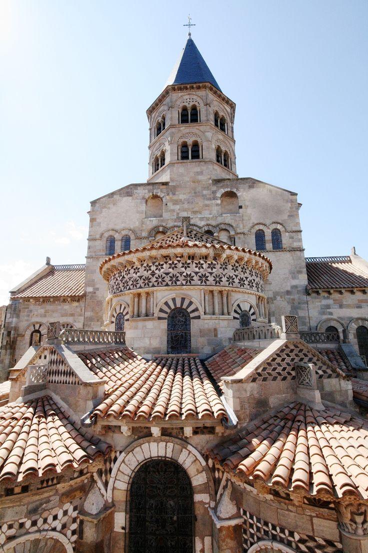 Basilique Notre-Dame-du-Port, Clermont-Ferrand, Auvergne - Fu fondata dal cavaliere Saint-Avit nel sesto secolo e ricostruita nell'undicesimo e dodicesimo secolo dopo essere stata distrutta dai Normanni.