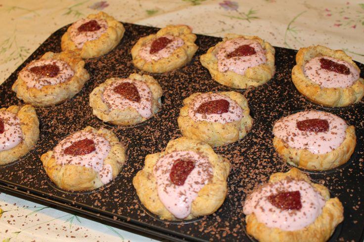 Van bladerdeeg bakjes maken wat kwark erin en een aardbei for Decoratie chocolade