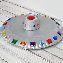 Ufo-Alarm! Tolle Idee für eine schnelle Bastelei aus Pappgeschirr. :) Kids will love making this flying saucer from paper plates and craft jewels! #basteln