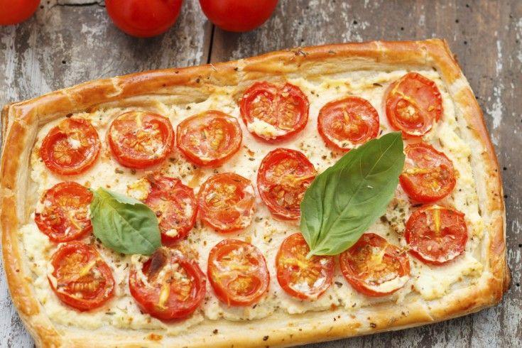 Deze hartige taart met cherrytomaatjes is een bladerdeegpizza met allerlei lekkers. Perfect voor een zwaardere lunch of licht diner. Verwarm de oven voor op 200 ° C. Rol het bladerdeeg uit tot een rechthoek van ongeveer 25 x 15 cm. Leg voorzichtig op een bakplaat die bekleed is met bakpapier. Lepel de ricotta over het …
