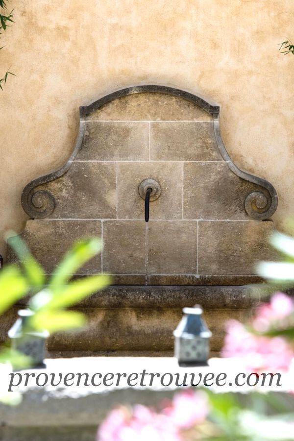 exemple d\'une fontaine en pierre naturelle installée contre un mur ...