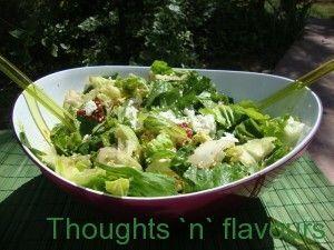 σως μελιού σε πράσινη σαλάτα